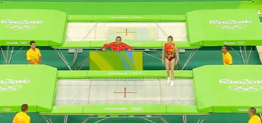 中国姑娘蹦床比赛完成高难度动作, 赢得全场热烈掌声!