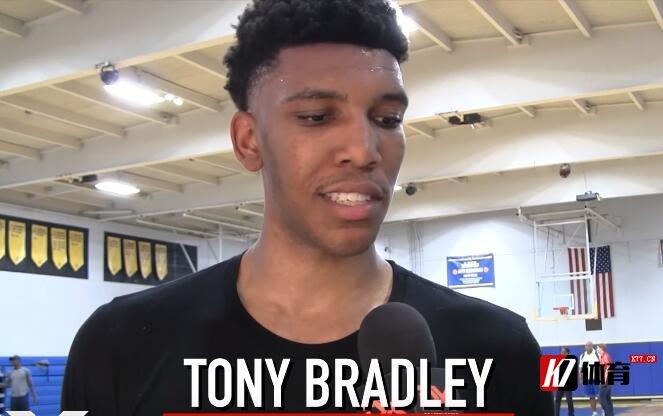 随队记者:爵士将履行托尼-布拉德利20-21赛季的球队选项